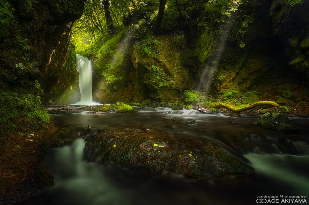 長野県の竜返しの滝と光芒
