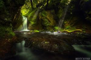 光芒がよく出る竜返しの滝はカメラマンに人気の撮影場所